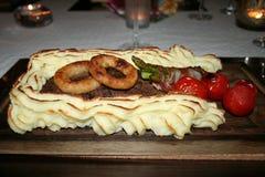 Piatto con manzo, purè di patate Fotografia Stock