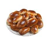 Piatto con pasticceria (piroshki). Isolato. immagine stock