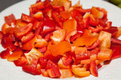 Piatto con peperone dolce rosso tagliato Fotografia Stock Libera da Diritti