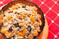 Piatto con porridge su una tovaglia rossa immagini stock