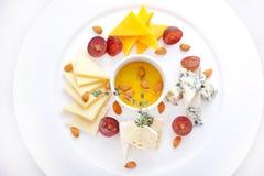 Piatto con quattro generi di formaggio, uva Fotografia Stock