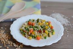 Piatto con riso e le verdure Fotografie Stock