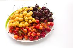 Piatto con una ciliegia variopinta deliziosa fotografia stock