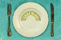 Piatto con una scala dell'equilibrio del peso Stia il concetto a dieta Fotografia Stock Libera da Diritti
