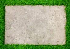 Piatto concreto quadrato sul fondo dell'erba verde Fotografia Stock Libera da Diritti