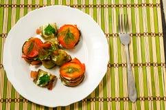 Piatto cucinato degli zucchini e del pomodoro Immagini Stock