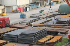 Piatto d'acciaio che di sollevamento nell'iarda a SHENZHEN Immagini Stock Libere da Diritti