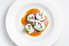 Piatto d'annata con i ravioli casalinghi neri salati Immagine Stock