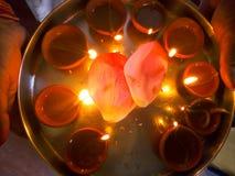 Piatto decorato con i fiori e la lampada a olio Immagine Stock