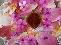 Piatto decorato con i fiori e la lampada a olio Immagini Stock