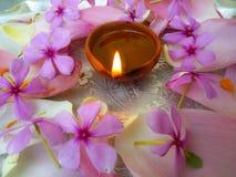 Piatto decorato con i fiori e la lampada a olio Fotografia Stock Libera da Diritti