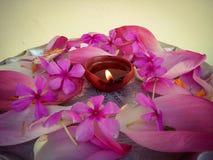 Piatto decorato con i fiori e la lampada a olio Fotografia Stock