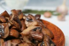 Piatto dei funghi fritti saporiti, primo piano fotografia stock libera da diritti