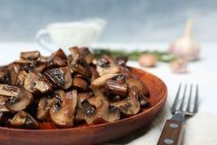 Piatto dei funghi fritti sulla tavola, primo piano fotografia stock