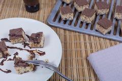 Piatto dei morsi del caramello che sono coperti in salsa di cioccolato fotografie stock libere da diritti