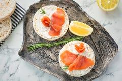 Piatto dei pani croccanti con il raccordo di color salmone affettato fresco Fotografia Stock Libera da Diritti