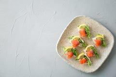 Piatto dei pani croccanti con il raccordo di color salmone affettato fresco Fotografie Stock Libere da Diritti