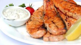 Piatto dei pesci fritti Bistecca della trota con salsa stock footage
