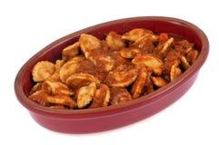 Piatto dei ravioli con salsa al pomodoro in un piatto su fondo bianco immagine stock