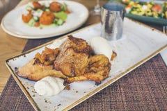 Piatto del brunch al ristorante con gli elementi della prima colazione fotografia stock libera da diritti