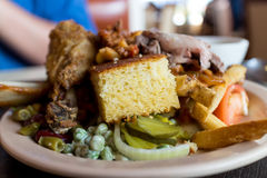 Piatto del buffet con il cornbread ed il pollo fritto Fotografie Stock Libere da Diritti