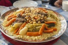 Piatto del cuscus su una tavola della famiglia immagini stock