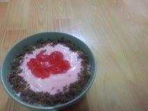 Piatto del dessert di giorno del ` s del biglietto di S. Valentino Fotografie Stock