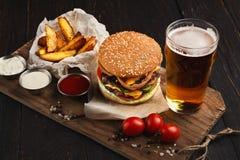 Piatto del fast food Cunei delle fritture e dell'hamburger fotografie stock libere da diritti
