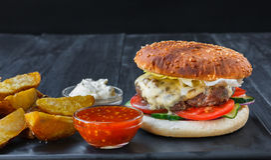 Piatto del fast food Cunei delle fritture e dell'hamburger immagine stock