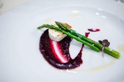 Piatto del formaggio e dell'asparago di capra Immagini Stock
