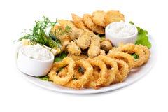 Piatto del fritto di in calamaro e cozze della pastella Immagine Stock