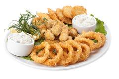 Piatto del fritto di in calamaro e cozze della pastella con salsa Fotografia Stock