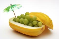 Piatto del melone con l'uva verde Fotografie Stock Libere da Diritti