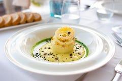 Piatto del merluzzo di sale con la decorazione, aperitivo di haute cuisine immagine stock