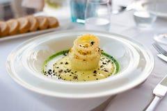 Piatto del merluzzo di sale con la decorazione, aperitivo di haute cuisine immagini stock libere da diritti