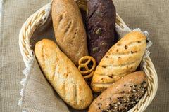 Piatto del pane con differenti tipi di pani Immagini Stock Libere da Diritti