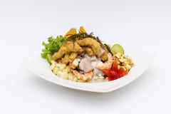 PIATTO DEL PERÙ: Cebiche (ceviche) e chicharron con la cipolla, chiamata Caretillero Fotografie Stock
