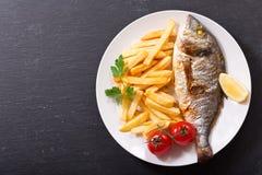 Piatto del pesce al forno con le patate fritte Fotografia Stock Libera da Diritti