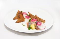 Piatto del pesce del omul con pane e la cipolla su bianco fotografia stock