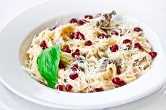 Piatto del ristorante, pasta con i semi del melograno Fotografia Stock