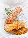 Piatto del ristorante, salmone fritto Immagini Stock