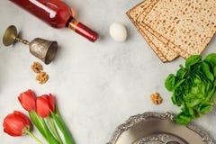 Piatto del seder di concetto di festa di pesach, matzoh e bottiglia di vino su fondo luminoso Immagine Stock Libera da Diritti