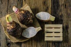 Piatto del taro sulla tavola nel vecchio legno Fotografia Stock Libera da Diritti