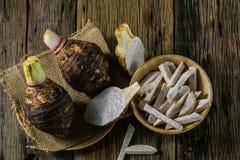 Piatto del taro sulla tavola nel vecchio legno Fotografia Stock