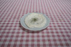 Piatto del yogurt con origano servito in ristorante immagine stock libera da diritti