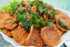Tortini al curry fritti in grasso bollente dei pesci Immagine Stock Libera da Diritti
