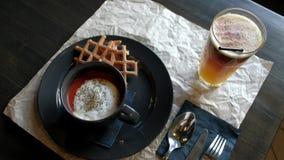 Piatto delizioso sulla tavola nel ristorante stock footage