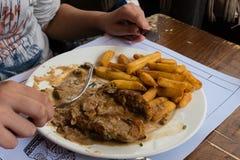 Piatto della carne con le patate sulla tavola in un bistrot a Strasburgo immagini stock