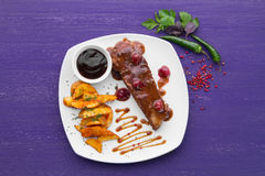 Piatto della carne con un contorno guarnito Fotografia Stock
