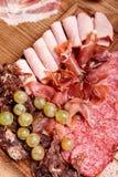 Piatto della carne fredda, prosciutto di Parma delle fette, prosciutto, bue essiccato, salsiccia Fotografia Stock